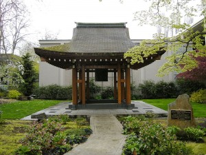 800px-Seattle_Center_-_Kobe_Bell_02A